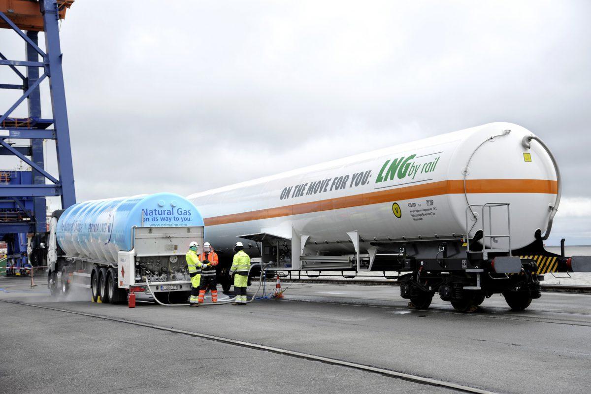 Hafen Brunsbüttel - Testbeladung eines Kesselwaggons mit dem Flüssiggas LNG
