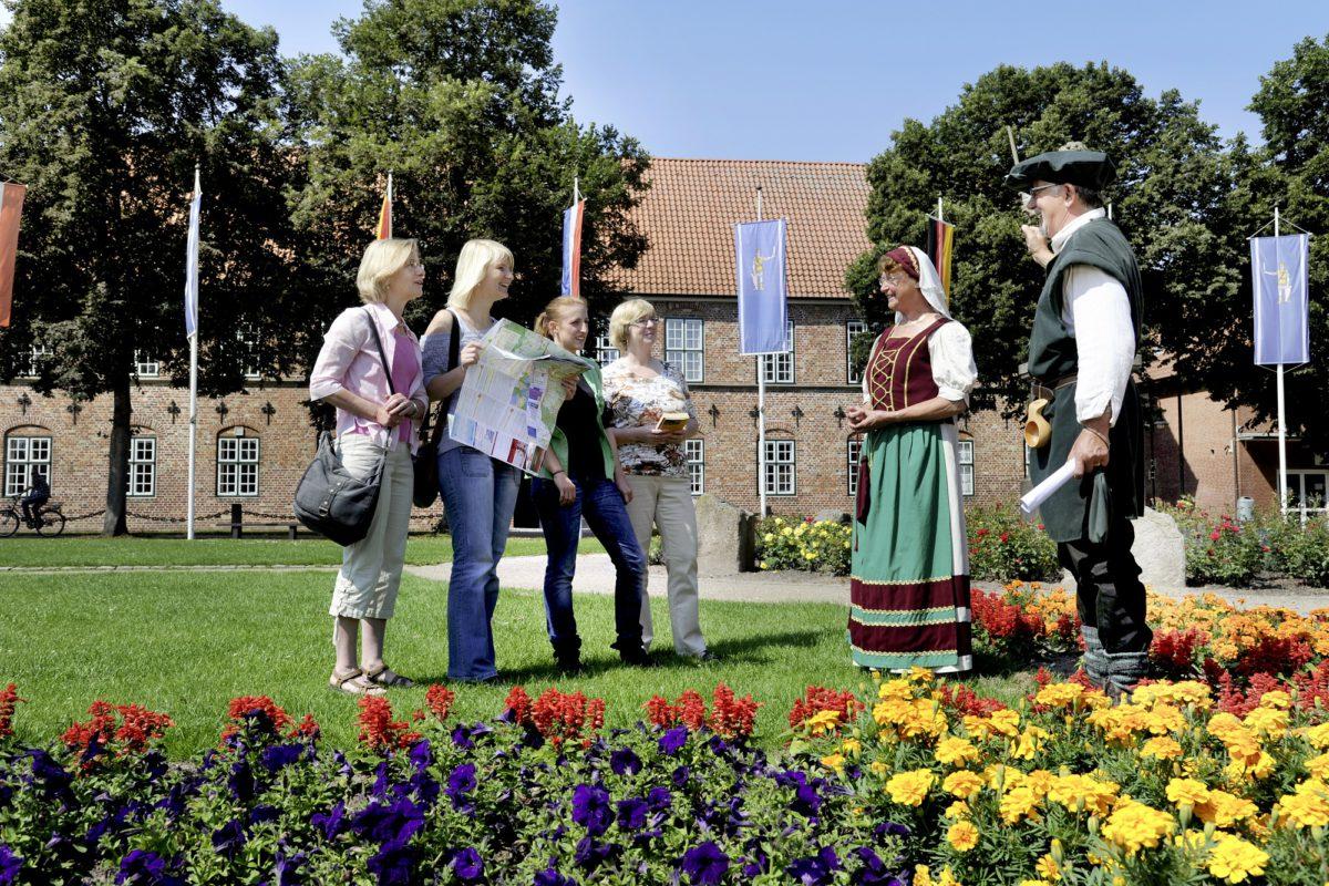 Schloss Bad Bramstedt - Rundgang mit Stadtführern in historischer Kleidung