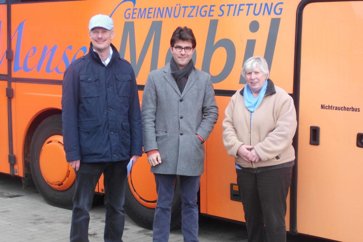 """Beim Tag der offenen Tür in Lägerdorf stellt die Gruppe """"Lebendige Inclusion"""" einen rollstuhlgerechten Reisebus der Stiftung Mensch Mobil vor."""